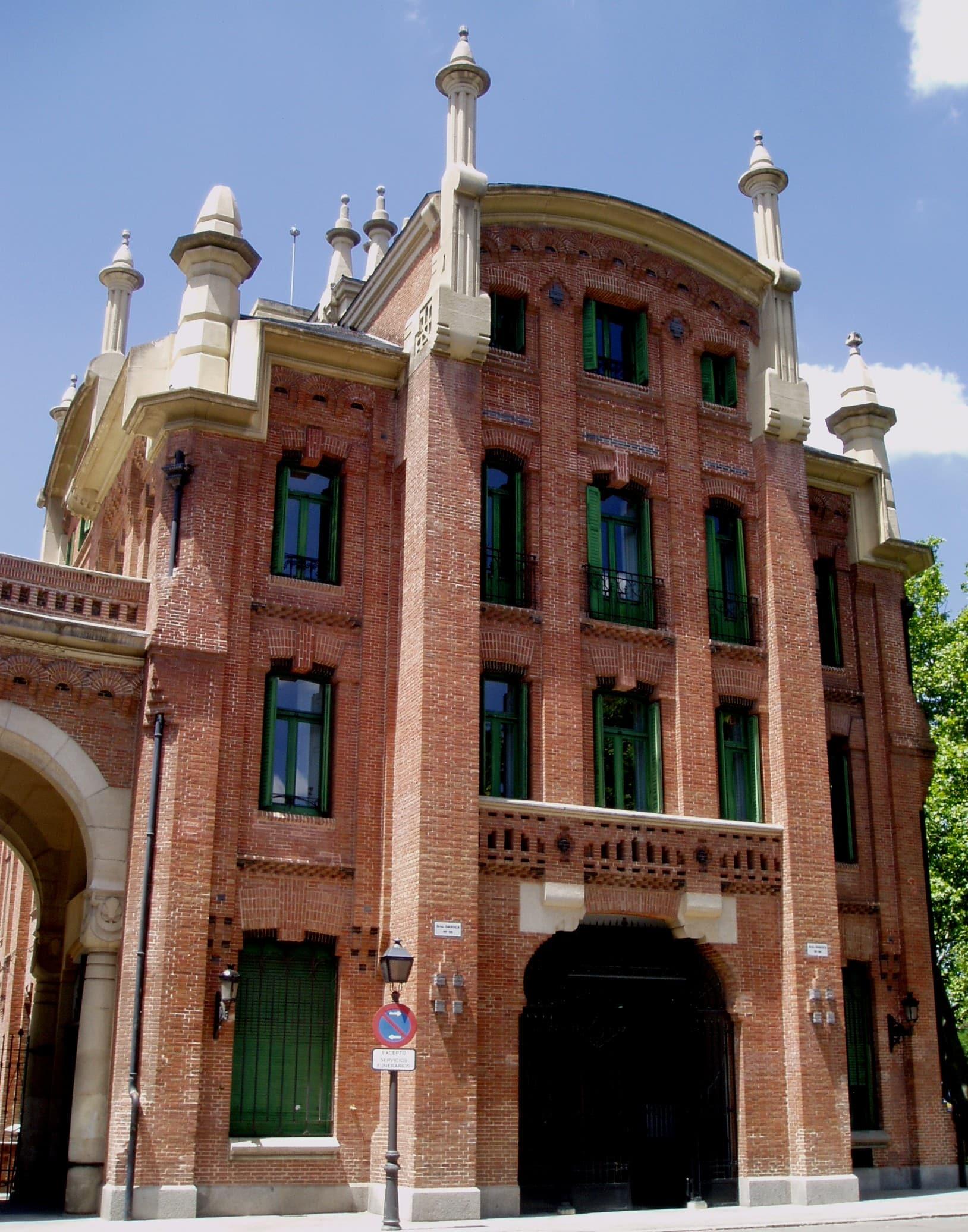 Uno de los edificios situados a ambos lados del pórtico de entrada.